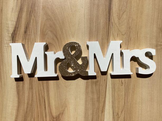 Napis Mr&Mrs na stół weselny