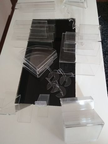 Zestaw ekspozytorów z pleksi