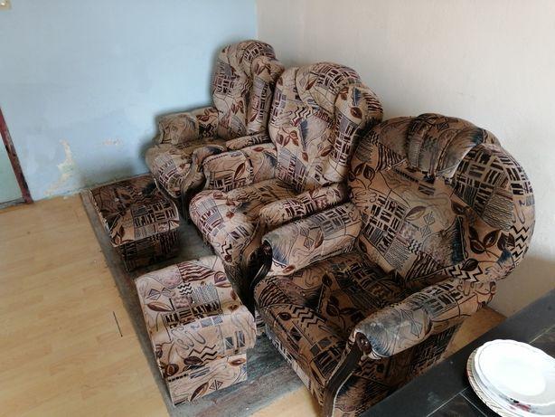 Trzy fotele i dwie pufy