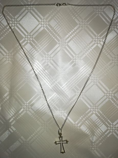 Srebrny łańcuszek z krzyżykiem