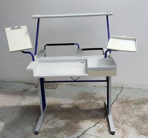 Mesa de computador e impressora