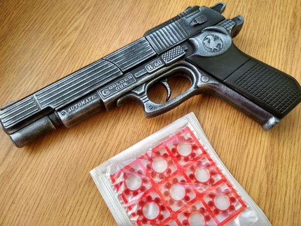 Пистолет Beretta с пистонами . Пластик стилизован под метал.
