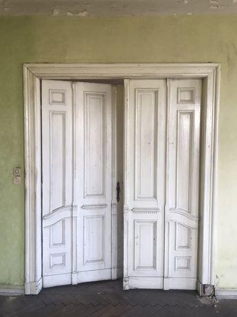 Duże drzwi stare drewniane