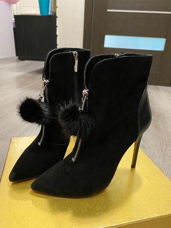 Женские ботинки на каблуке с кожаными вставками
