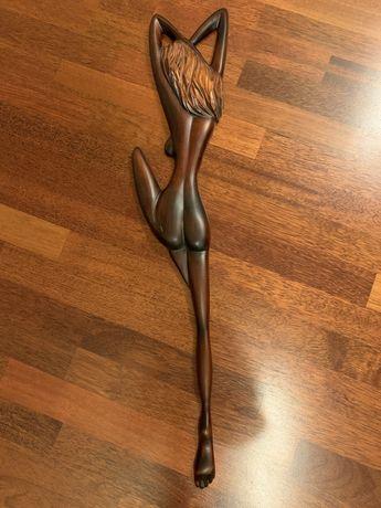 Drewniana figura kobiety do powieszenia na sciane