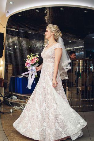 Неповторимое свадебное кружевное платье, с карамельном подкладом.