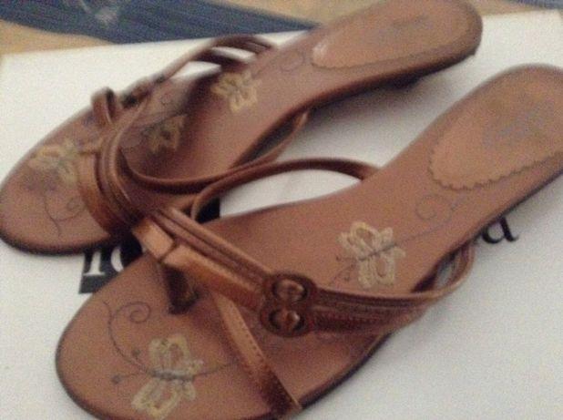 Sandália tipo chinela em castanho dourado com pequeno salto