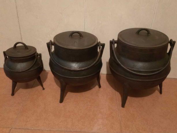 panelas de ferro de três pernas antigas em bom estado