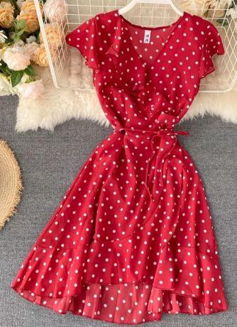 Летнее красное платье в горошек