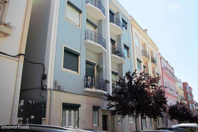 Apartamento T3+1 no centro de Algés