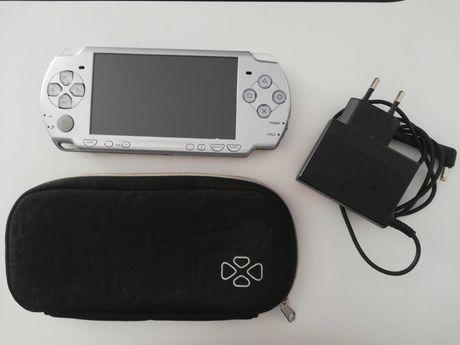 PSP em boa condição c/ carregador, bolsa e 2 jogos
