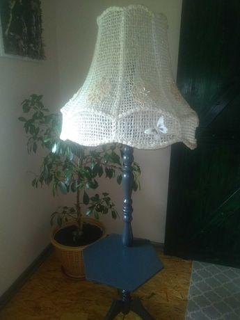 Drewniana lampa stojąca.