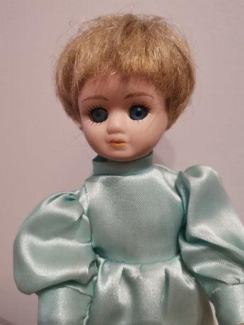 Lalka w zielonej sukience - porcelana
