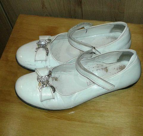 Туфли на девочку кожаные на липучке 36-37 рр белые