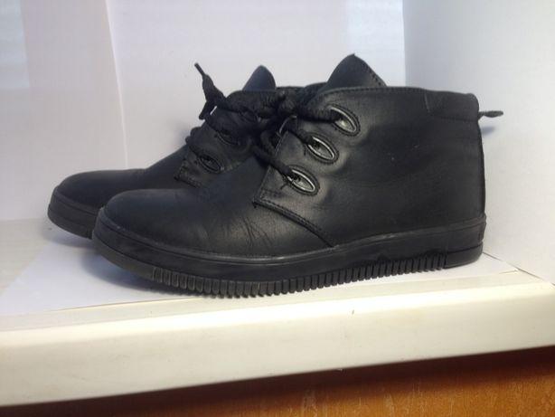 Продам демисезонные ботинки на мальчика Мида 36 размера.