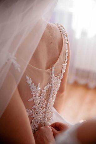 Весільна атласна сукня