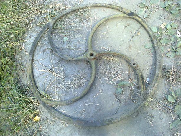 Stare duże koło żeliwne ramionami.
