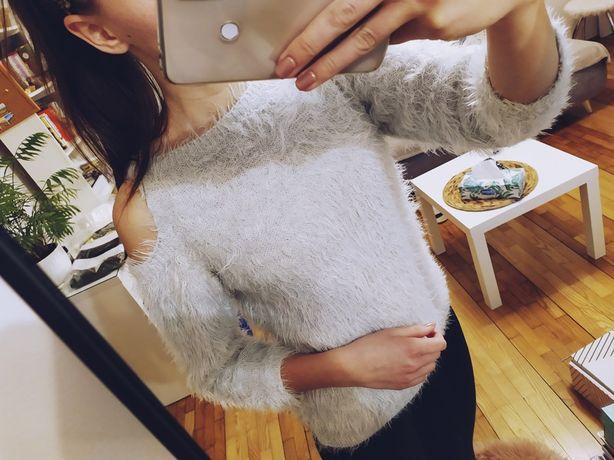 szary sweter futrzak odkryte ramiona