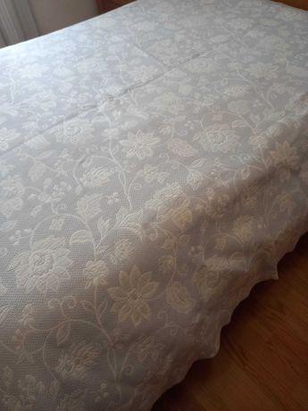 Colcha duas faces para cama de casal com duas almofadas