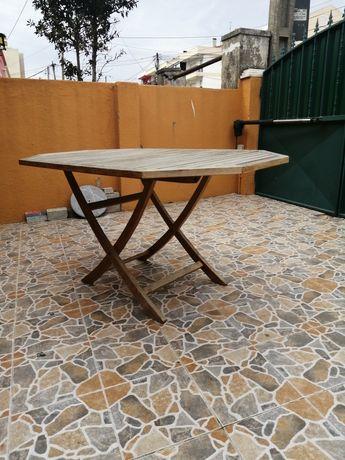 Mesa de jardim em madeira