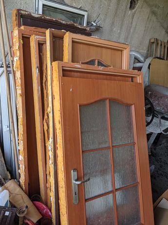 Stare drzwi wewnętrzne oraz okna bez ram