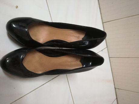 Sapatos de salto alto em verniz pretos