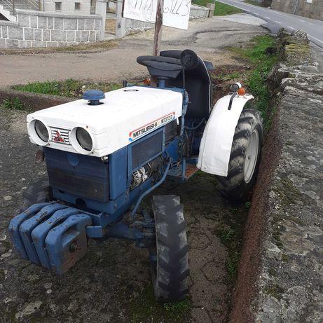 Trator Mitsubishi com matrícula