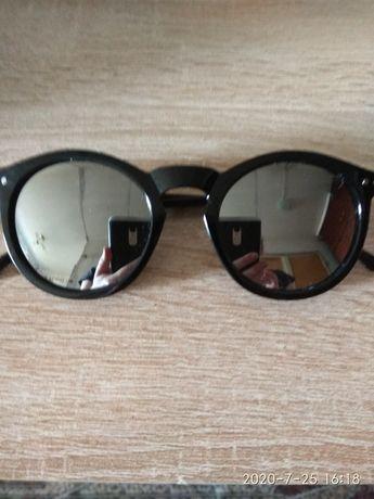 Стильные солнцезащитные очки с зеркальными стеклами