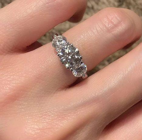 Красивенное кольцо 2 карата муассаниты.