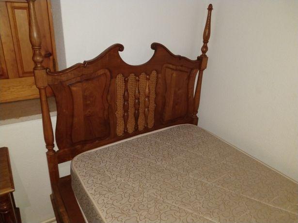 Mobília de quarto antiga em madeira com palhinha
