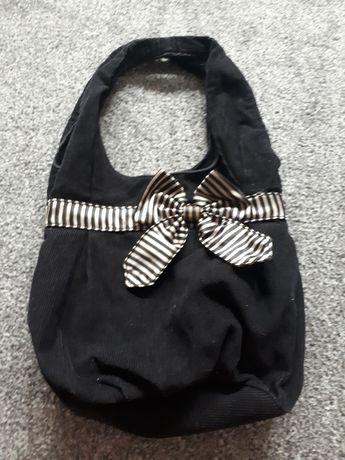 Czarna torba z kokardą