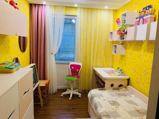 Мебель в детскую комнату (кровать, матрас, стол, комод, полочки).