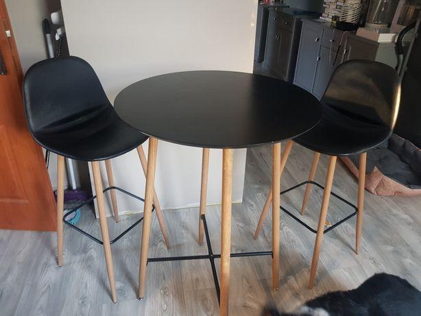Wysokie krzesła i stol