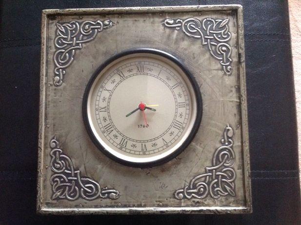 Relógio de parede, em estanho. Muito bonito para decoração 23*23