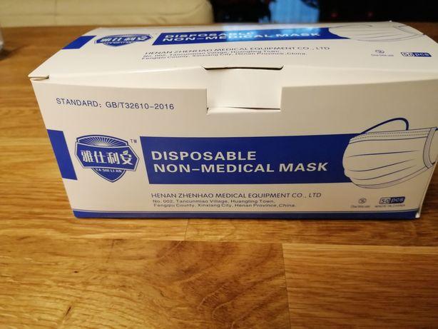 Maski chirurgiczne pakowane po 50 sztuk, po 20 groszy za sztukę.