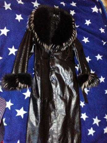 Пальто с песцовым воротником.