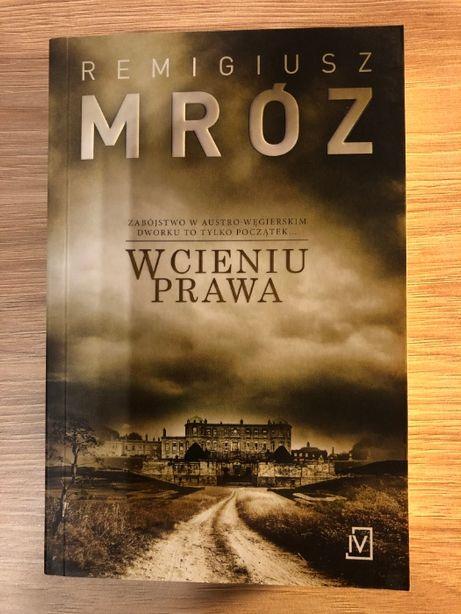 """R. Mróz """"W cieniu prawa"""""""
