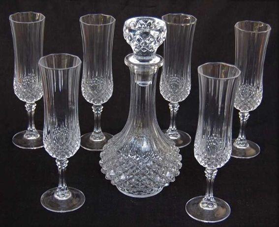 Seis copos e garrafa em cristal