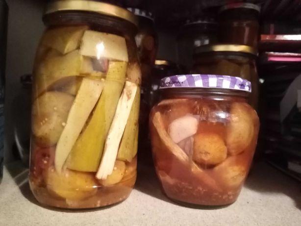 Słoiki, przetwory z patisonami i cukinią w zalewie octowej