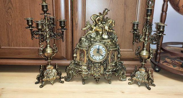 Ładny, mosiężny, zegar figuralny z kandelabrami