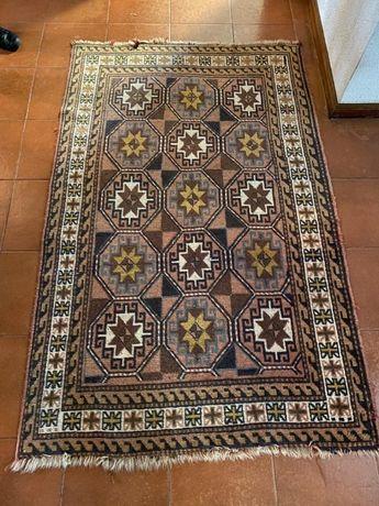 Carpete turca original, tecida à mão, material lã. Dimensão: 121 x 192
