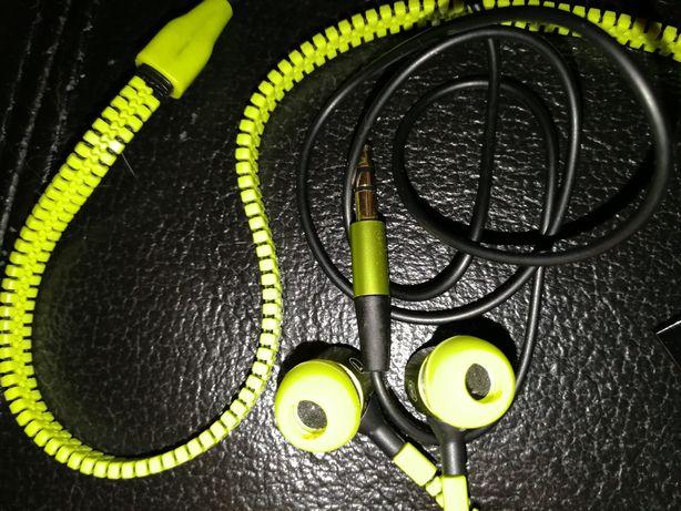 Auriculares novos, originais com fecho. Bom som.