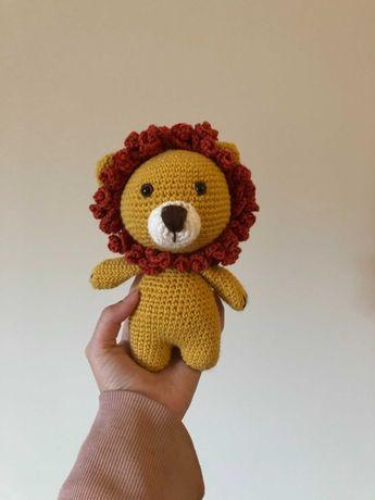leãozinho feito em crochet com a técnica amigurumi