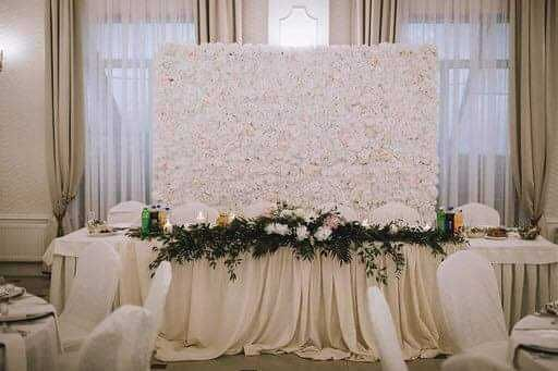 Ścianka z kwiatów sztucznych