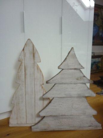 Duże drewniane choinki bielone na zewnątrz i nie tylko