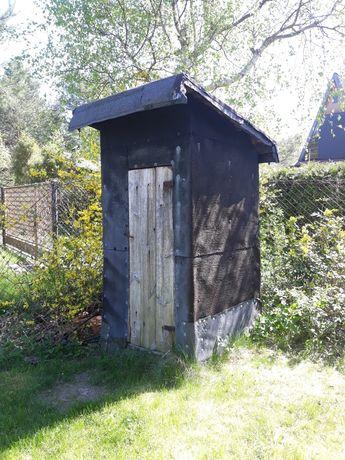 WC podwórkowe derwniane kryte papą termizgrzewalną