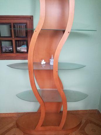 Móvel de madeira e vidro .