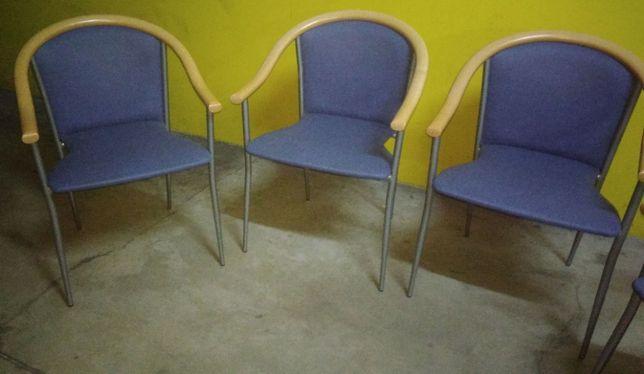 Quatro cadeiras .