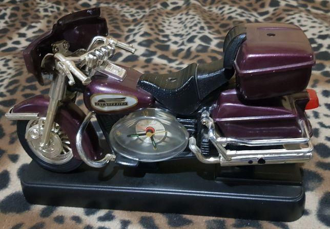 Sprzedam motor z wbudowanym zegarkiem.