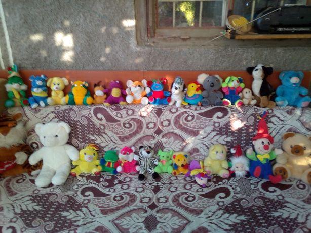 Много мягких игрушек